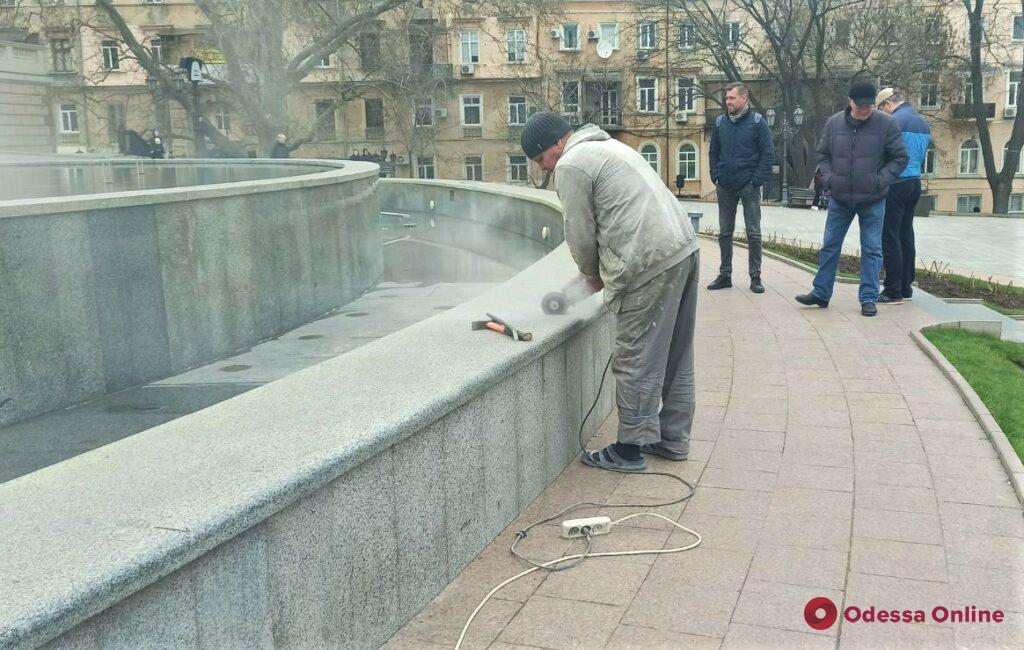 В Одессе вандалы повредили фонтан на Театральной площади