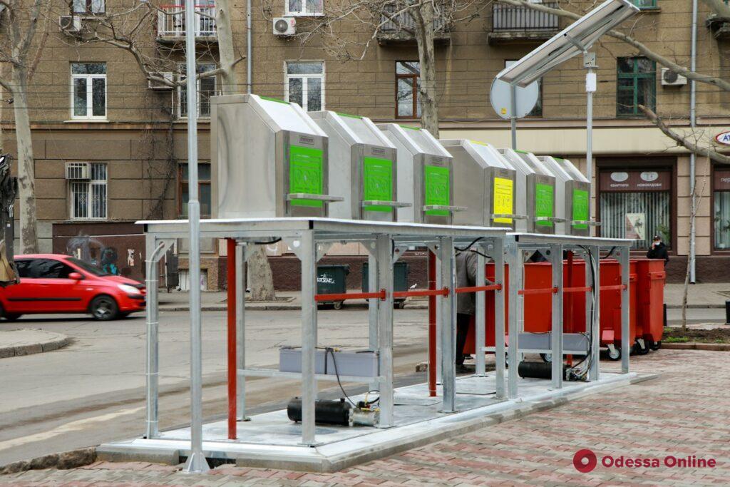 На Соборной площади начали работать новые подземные контейнеры для сбора мусора (фото)