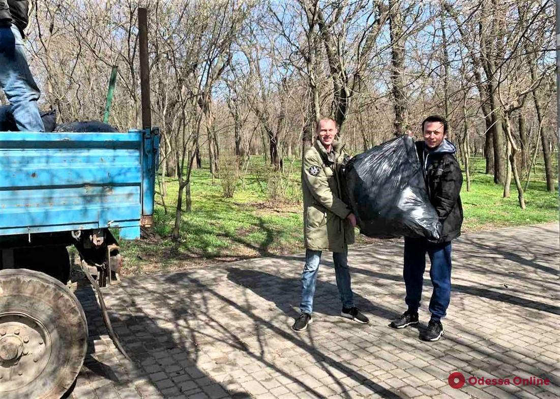В Одессе во время масштабных субботников вывезли десятки тонн мусора