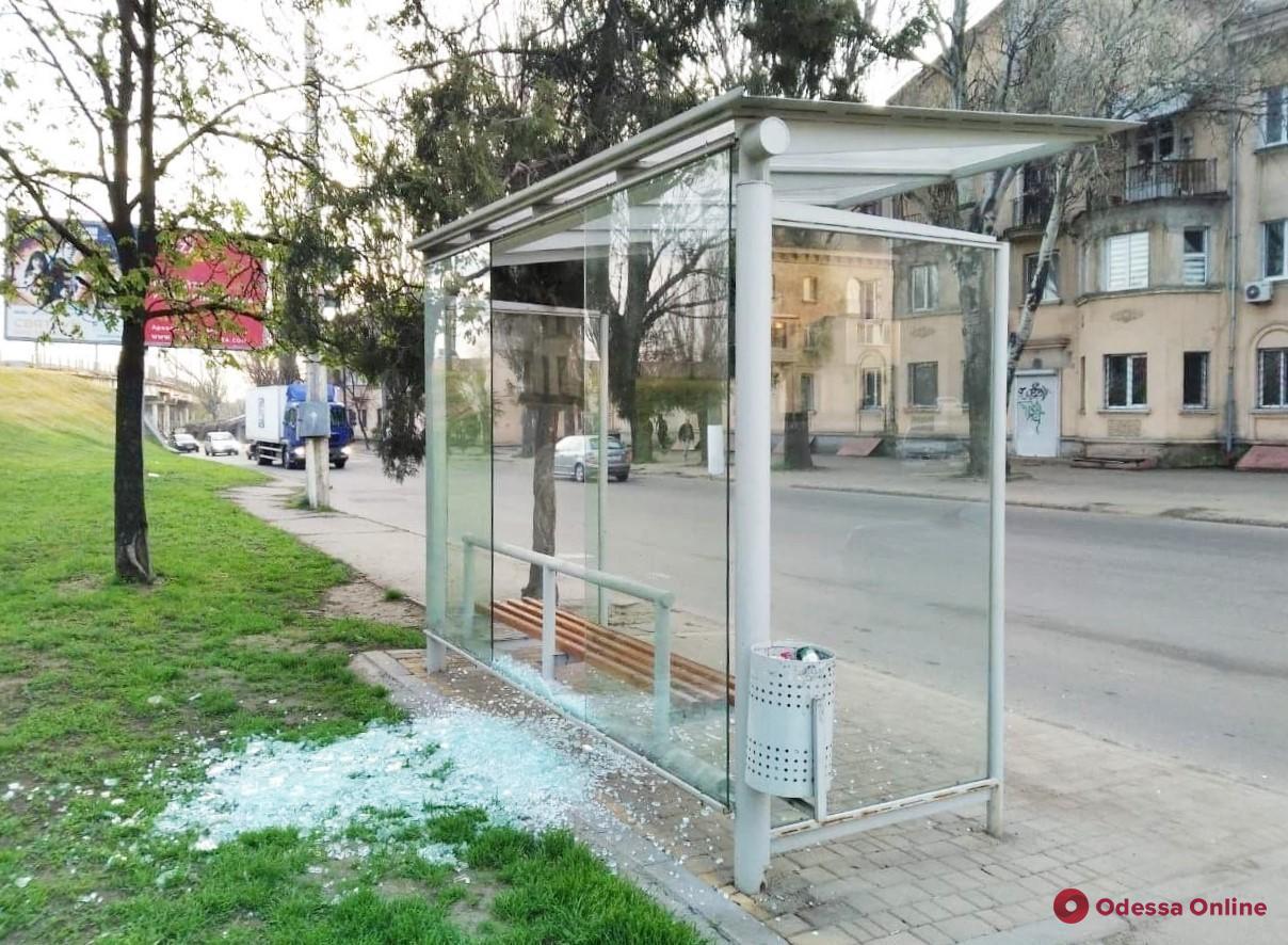 В Одессе ищут вандалов, которые громят остановки