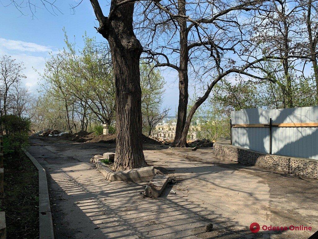 Демонтаж покрытия, ремонт лестницы, укрепление склона: в Одессе продолжается ремонт бульвара Жванецкого (фото)