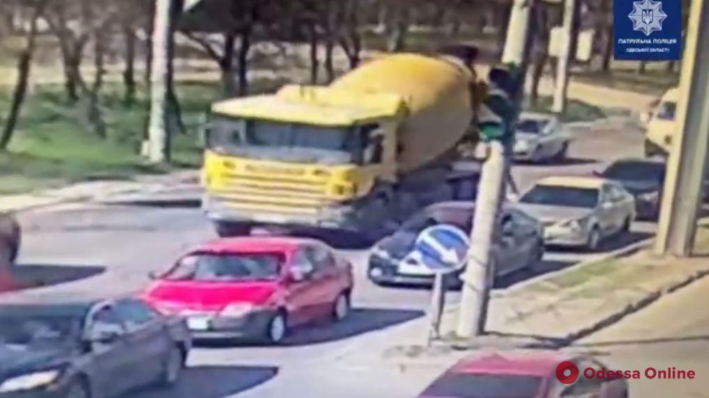 Разлил по дороге раствор: водитель бетономешалки предстанет перед судом за загрязнение дороги