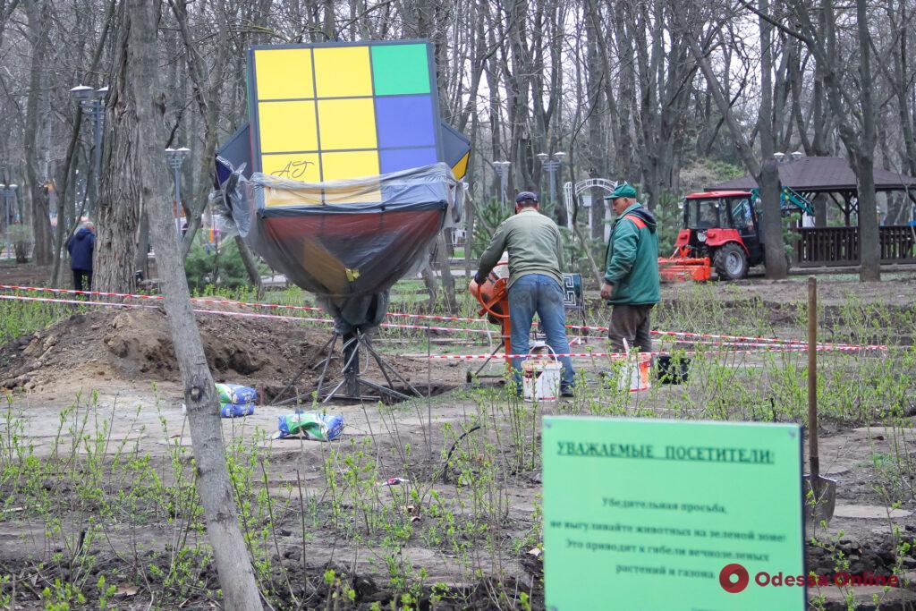 В одесском парке Горького установили гигантский кубик Рубика