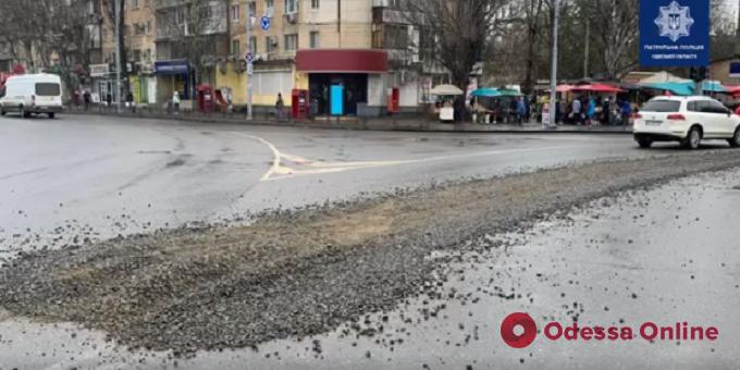 Рассыпал по дороге щебень: одесские патрульные привлекли к админответственности водителя грузовика (видео)