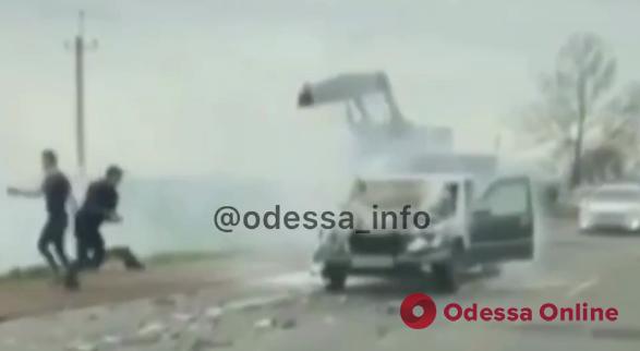 На Объездной дороге легковушка столкнулась с грузовиком и загорелась (видео)