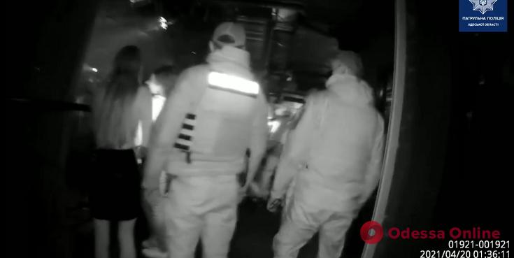 Концерт в «красной зоне»: одесские патрульные нагрянули в наплевавший на карантин известный ночной клуб (видео)