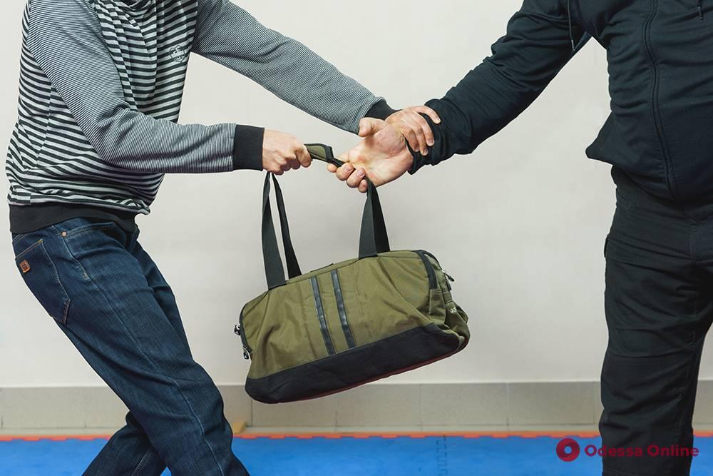 В Одессе двое парней напали на торговца рынка