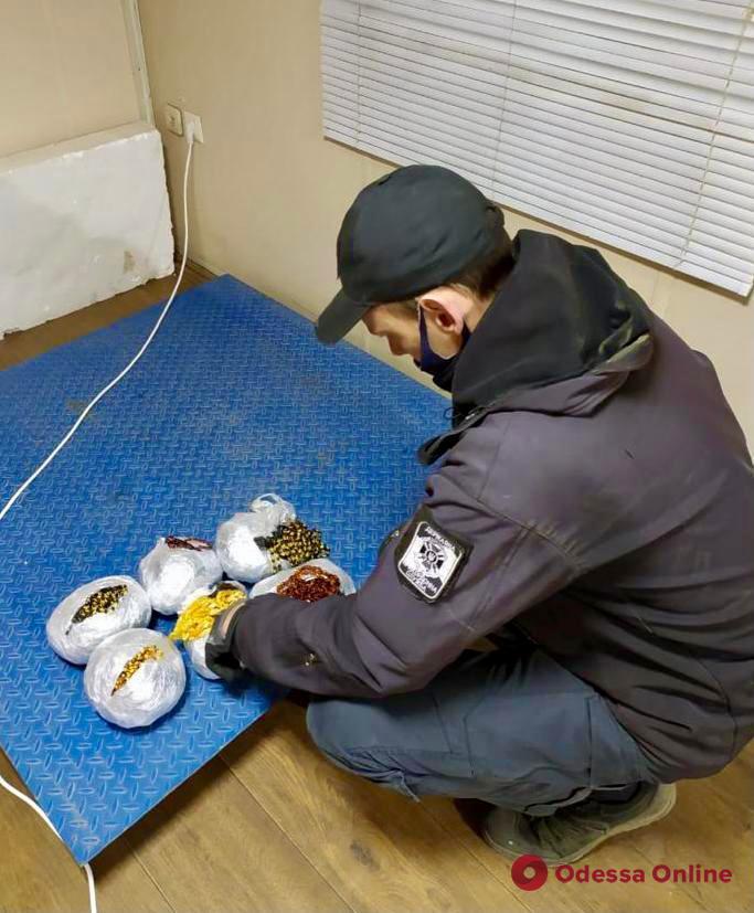 В порту Черноморска пограничники перехватили контрабанду украшений из янтаря