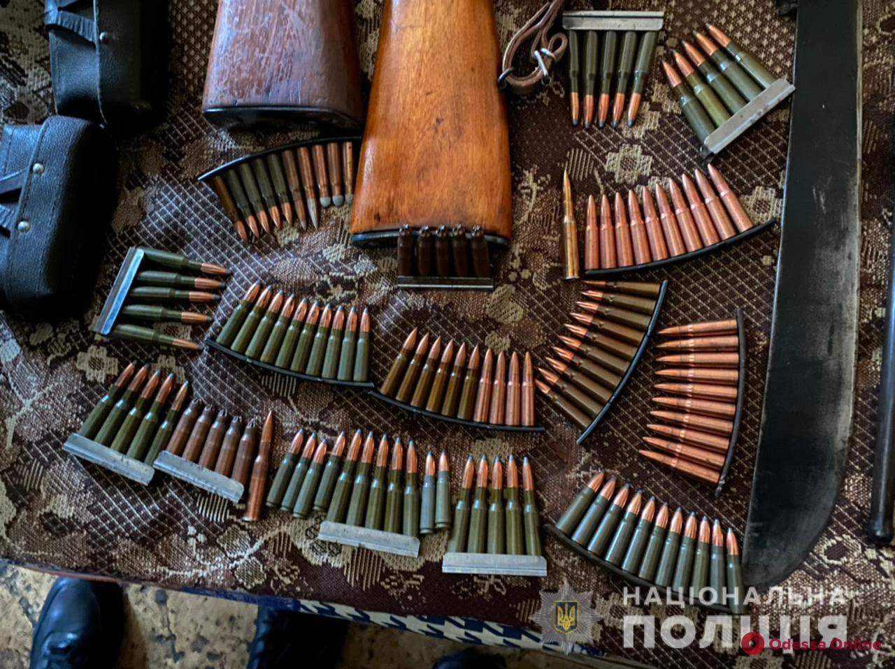 В Одессе при обысках у представителей криминалитета правоохранители нашли гранаты, пулеметы и винтовки (фото)