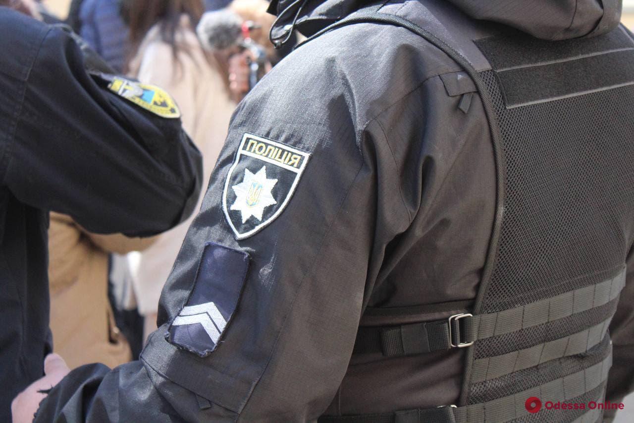 В Одессе на площади 10 Апреля полиция задержала троих протестующих против повышения тарифов (видео)
