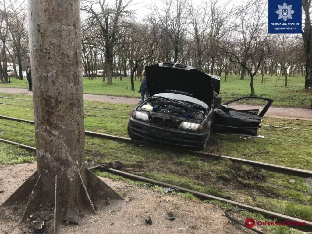 На Николаевской дороге автомобиль BMW врезался в столб