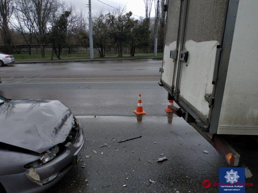 На Овидиопольской дороге не поделили дорогу легковушка и грузовик  — есть пострадавшая