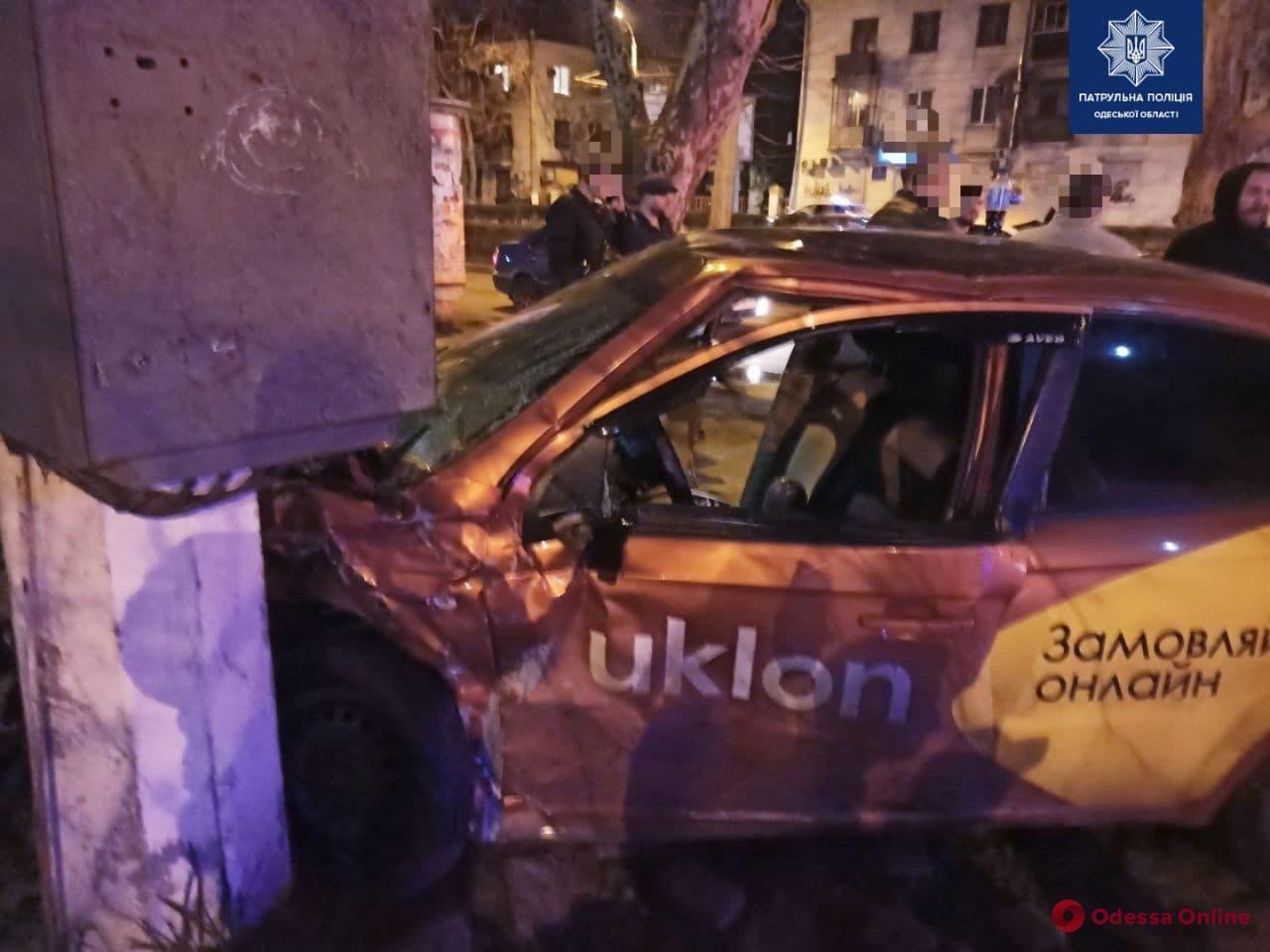 В Одессе такси врезалось в столб после столкновения с другим авто – трое пострадавших