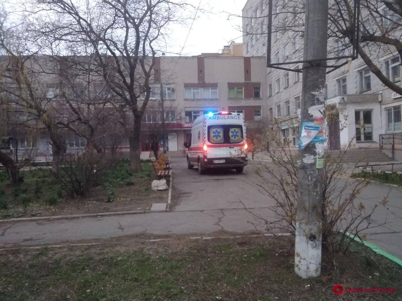 В Черноморске парень устроил поножовщину — людям пришлось отбиваться палками