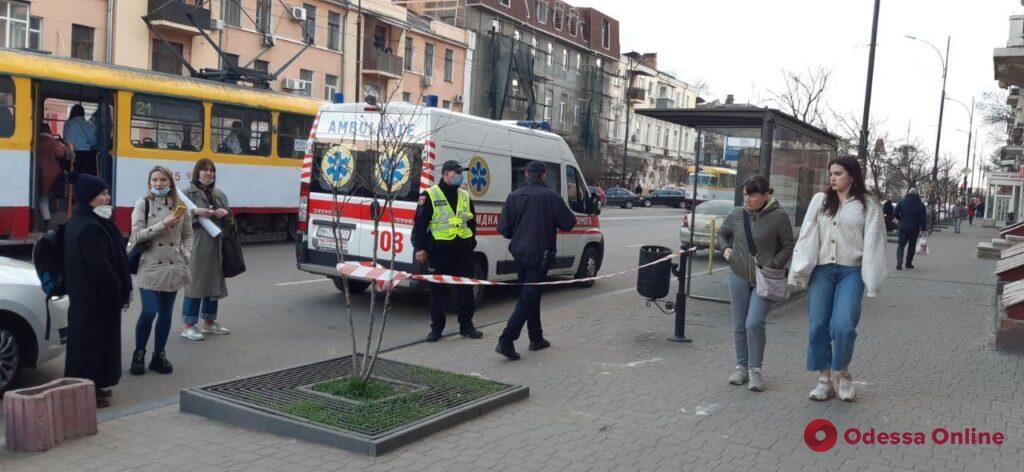 На улице Тираспольской парню на голову упал кусок лепнины