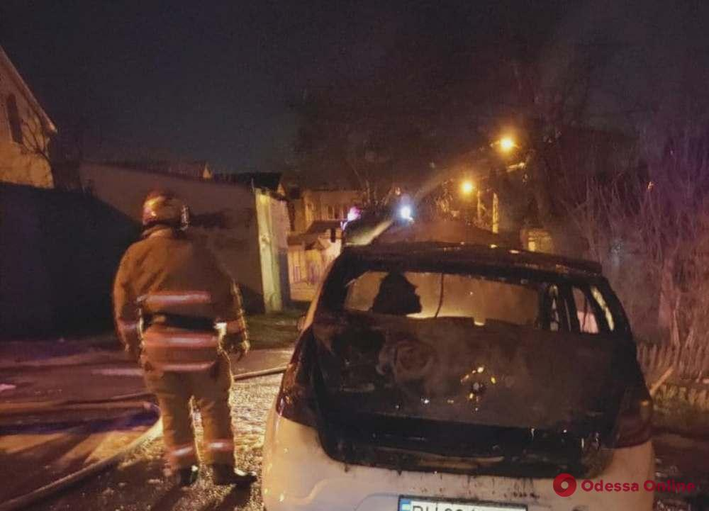 В Черноморске тушили загоревшийся автомобиль