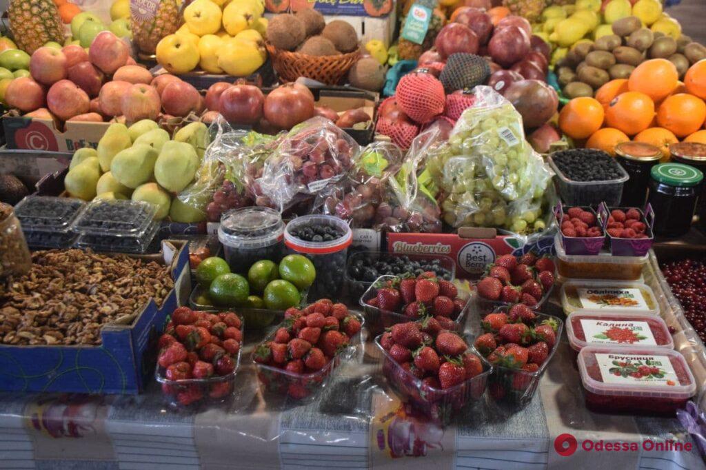 Ананасы, орехи и редис: воскресные цены на одесском Привозе