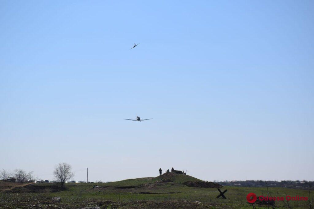 Военные самолеты и пулеметы: под Одессой провели масштабную реконструкцию боя за освобождение города (фото, видео)