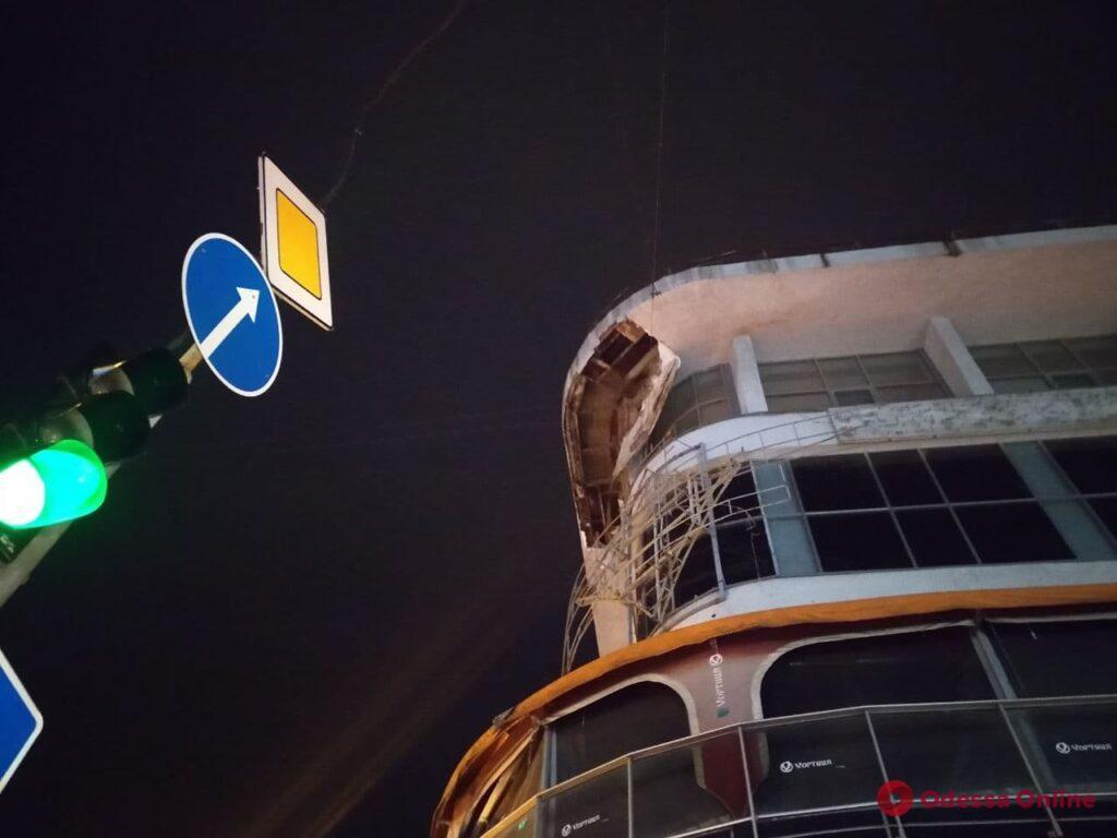 В центре Одессы частично обрушился фасад здания (фото, видео)