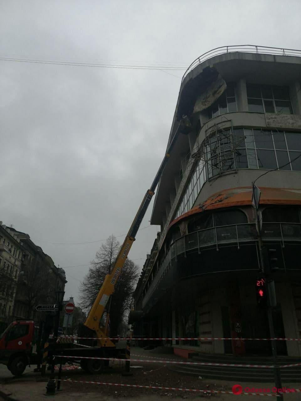 Обрушение на Дерибасовской: собственник здания ликвидирует последствия