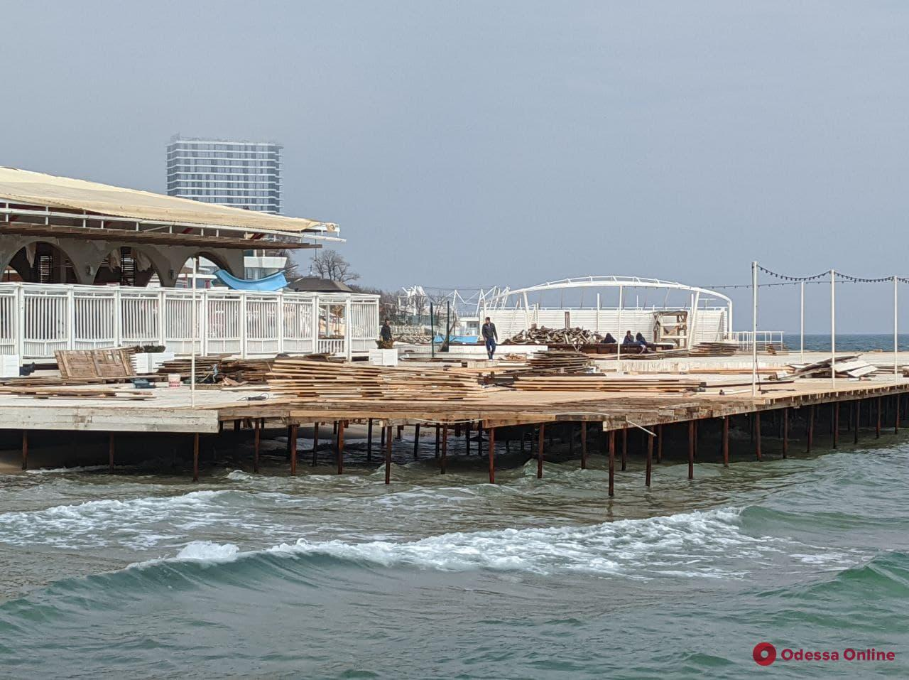 Незаконное строительство на пляже: одесские чиновники нагрянули в Аркадию