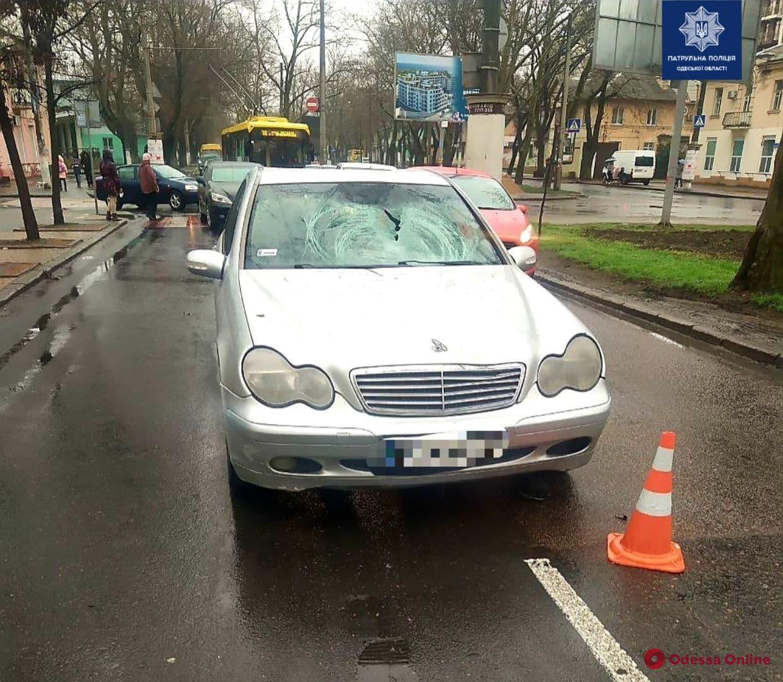 На Адмиральском проспекте автомобиль Mercedes сбил мужчину