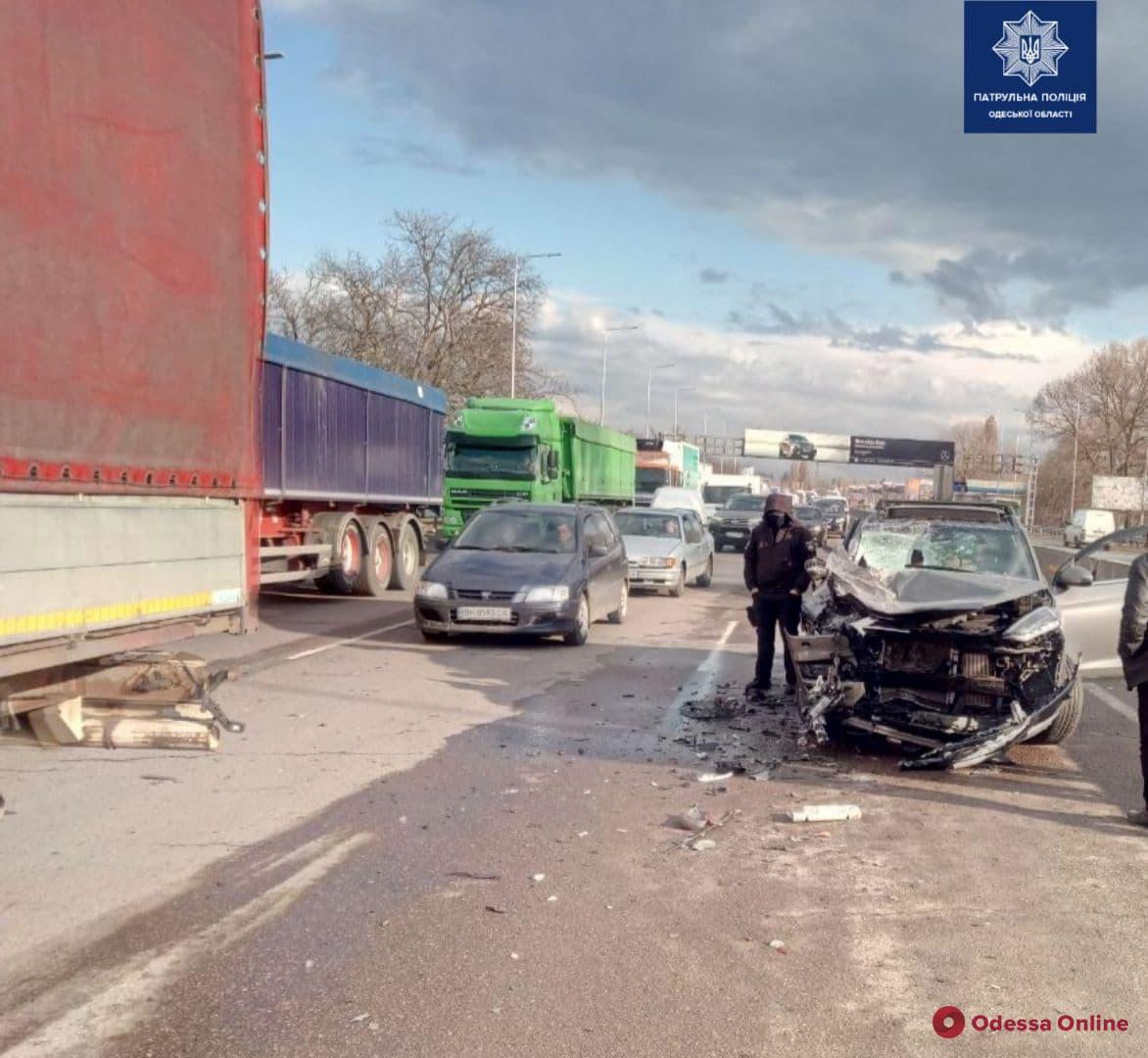 ДТП на Киевской трассе: кроссовер догнал грузовик (фото)
