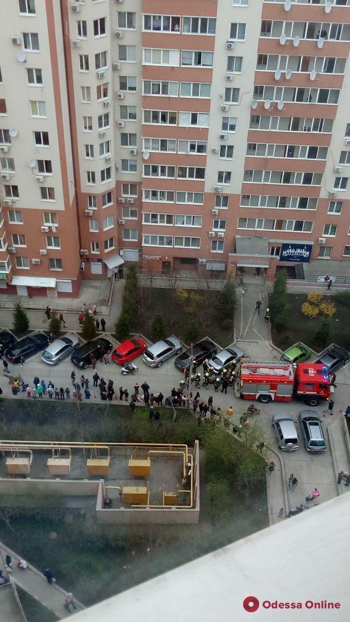 Переполох в многоэтажке на «Радужном» — людей эвакуировали (видео)