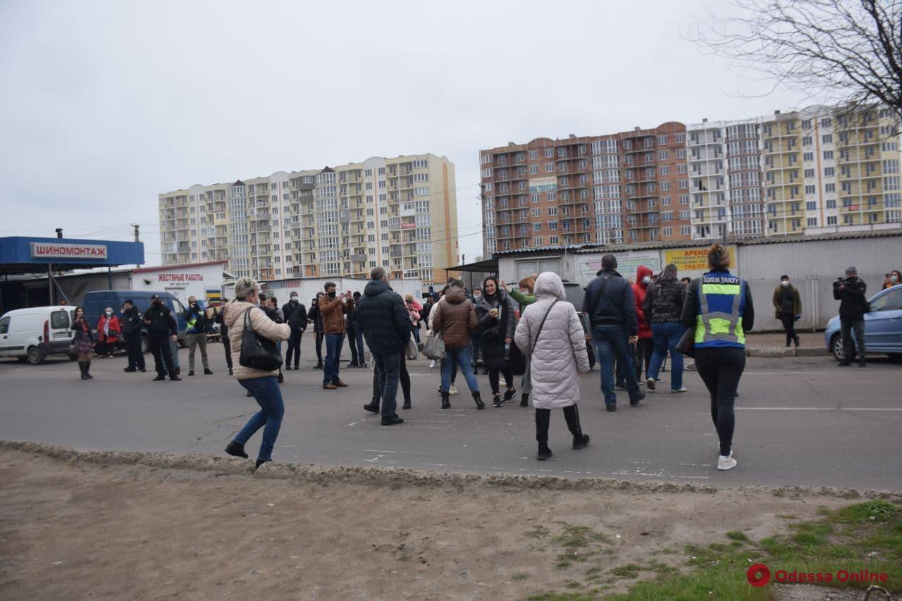 На поселке Котовского торговцы рынка «Союз» перекрывали улицу Семена Палия