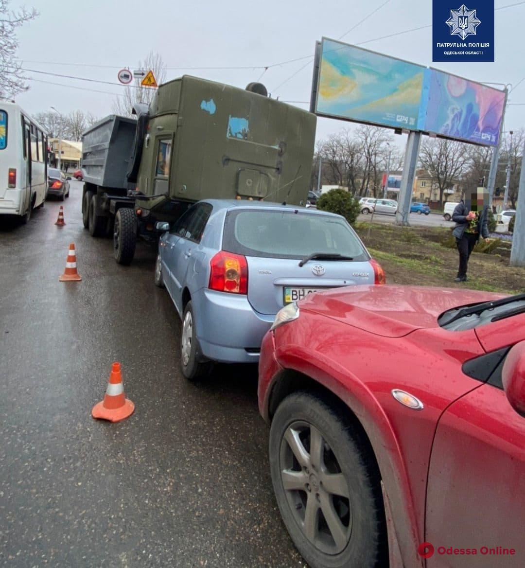 Откинулась кабина: возле Ивановского моста столкнулись КамАЗ и две «Тойоты»