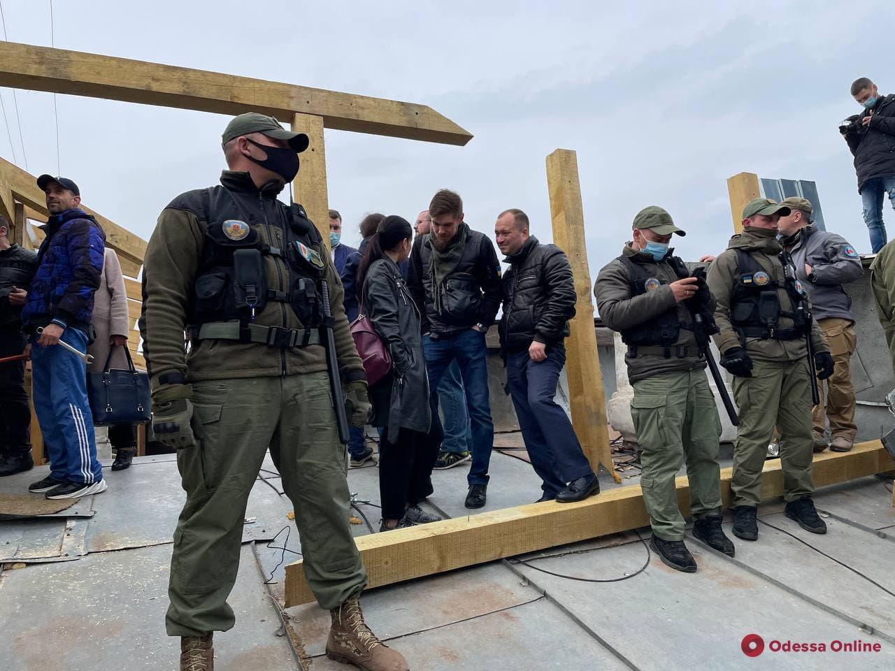 В Одессе на Пушкинской демонтируют незаконную мансарду