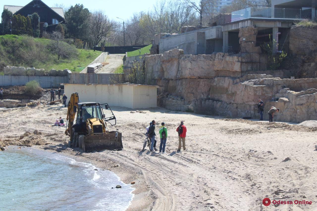 На пляже «Лагуна» неизвестные разрезали скалу и проводят строительные работы