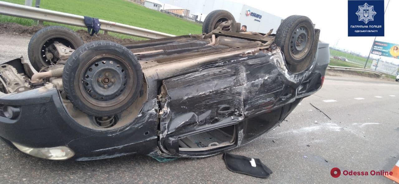 На Объездной дороге перевернулся автомобиль (фото)