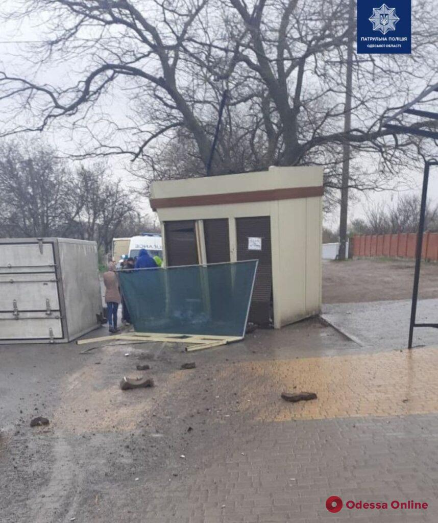 В Одессе опрокинулся фургон с пьяным водителем