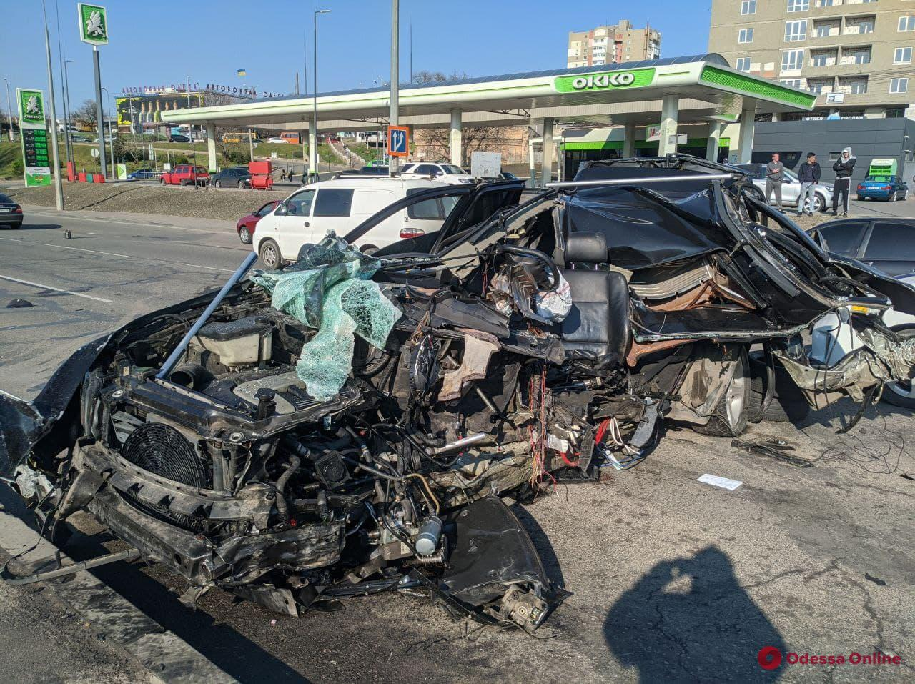 На Балковской BMW влетел в опору рекламного щита — машину разорвало, водителя увезла «скорая» (видео, обновляется)