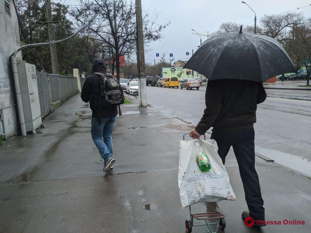 Дождливая Одесса: апрель не спешит радовать теплом (фоторепортаж)