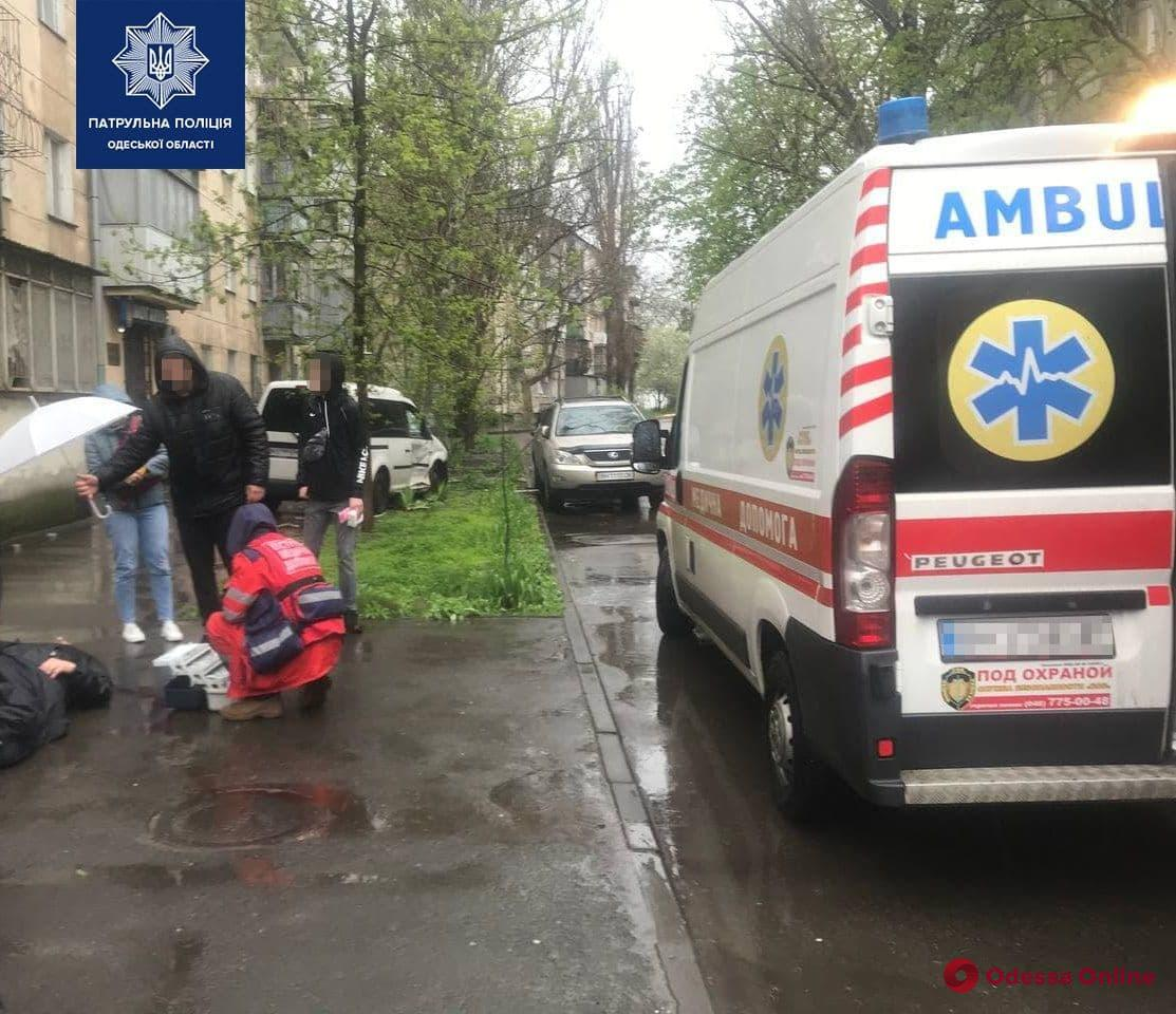 На Сегедской минивэн после столкновения с легковушкой сбил пешехода и врезался в дерево