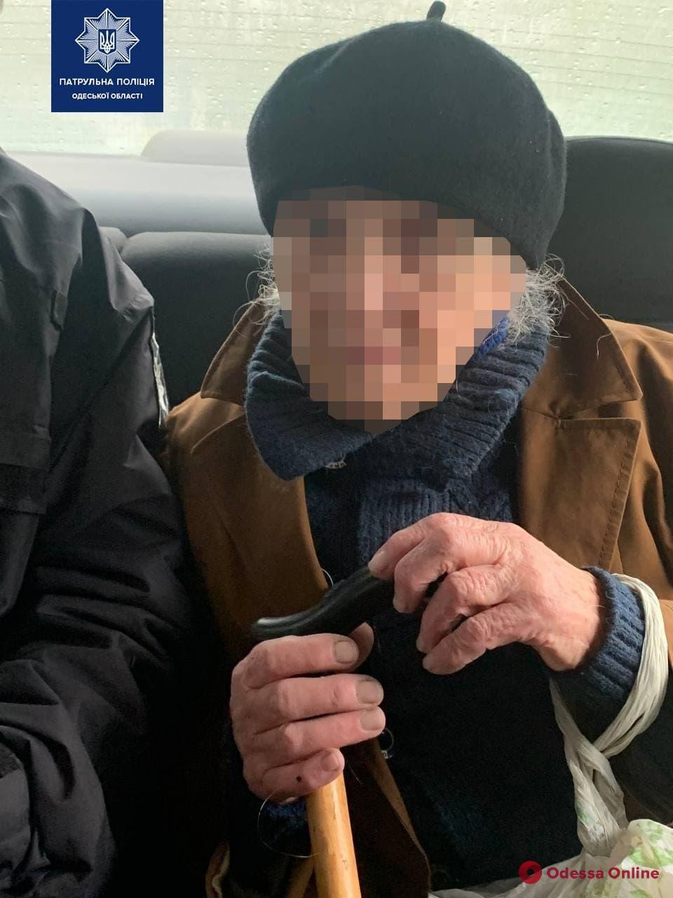 На Таирова патрульные вернули домой потерявшуюся 89-летнюю женщину