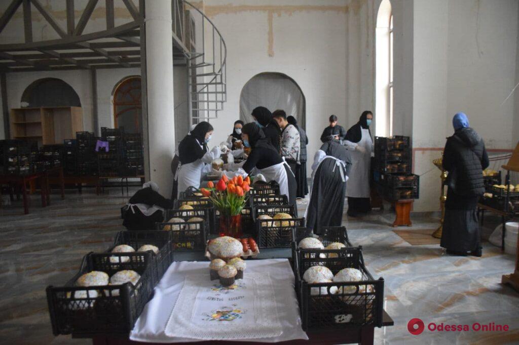 С любовью и молитвой: как пекут паски в Свято-Архангело-Михайловском монастыре (фоторепортаж)