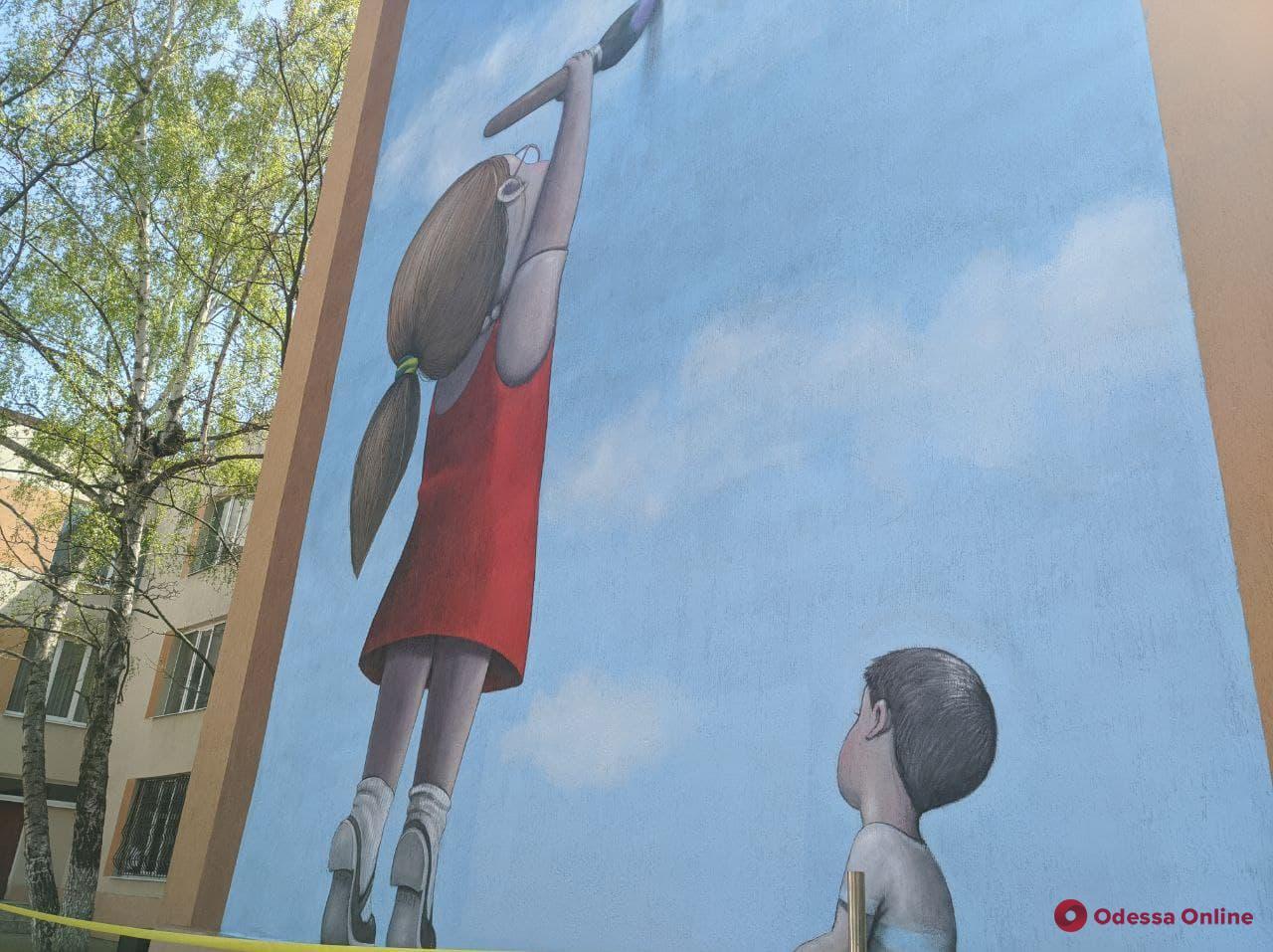 На фасаде одесской школы появился мурал от известного французского художника