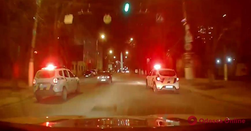 Был «под кайфом»: в Одессе лихач на «Фольксвагене» пытался скрыться от патрульных и врезался в служебный автомобиль