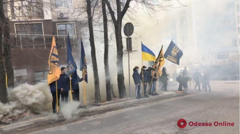 В Одессе Нацкорпус жег файеры под консульством РФ