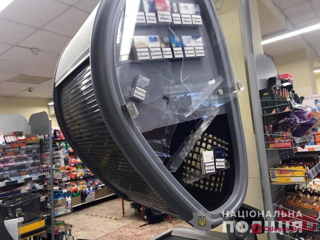 В Мариуполе неадекватный мужчина разгромил топором супермаркет (видео)