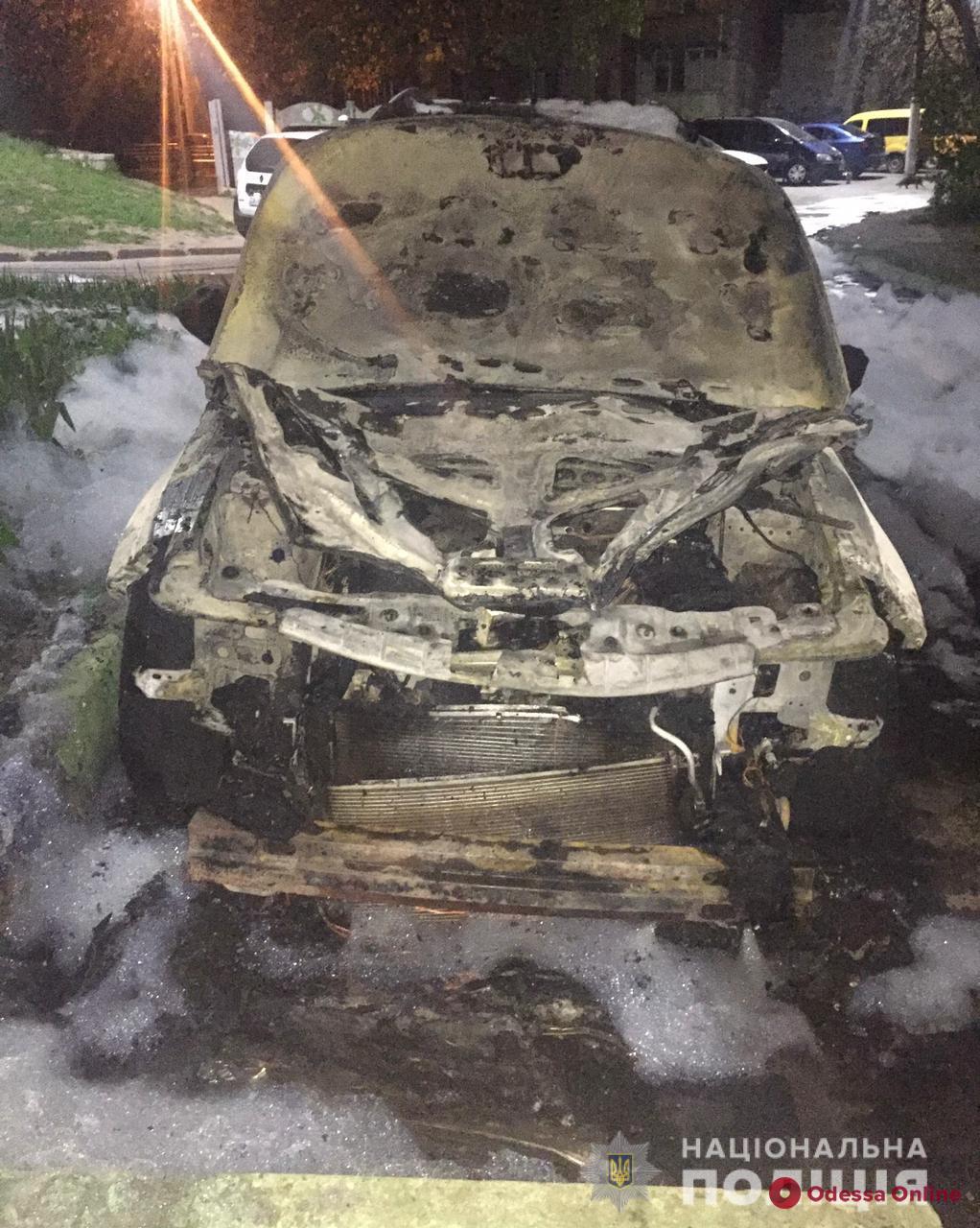 Ночной пожар в Черноморске: полиция расследует обстоятельства поджога двух авто