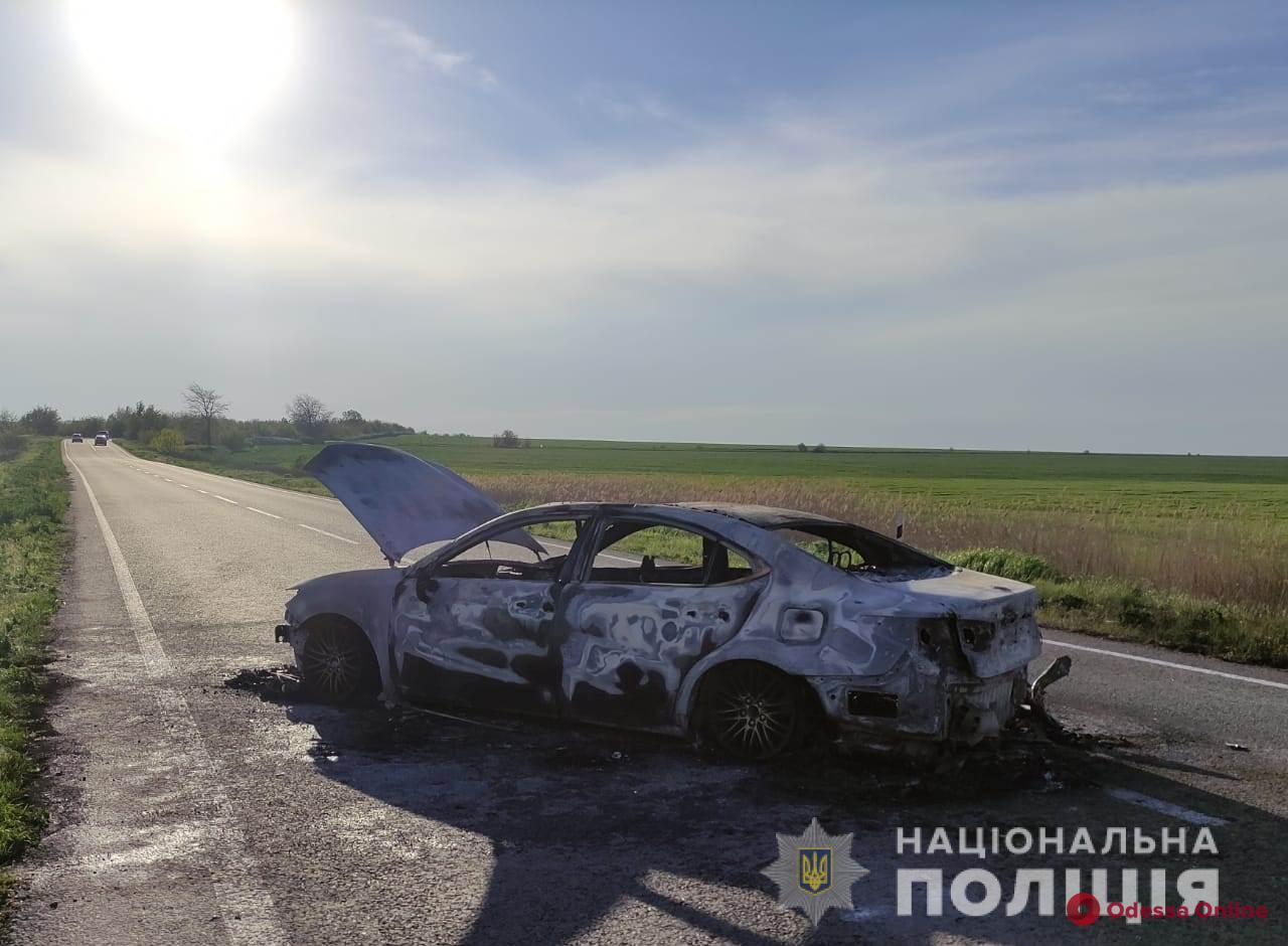 На трассе Одесса-Рени Lexus влетел в отбойник и загорелся (фото, видео)