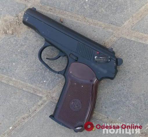 В Одесской области пьяный мужчина зашел на чужое подворье и угрожал хозяевам пистолетом