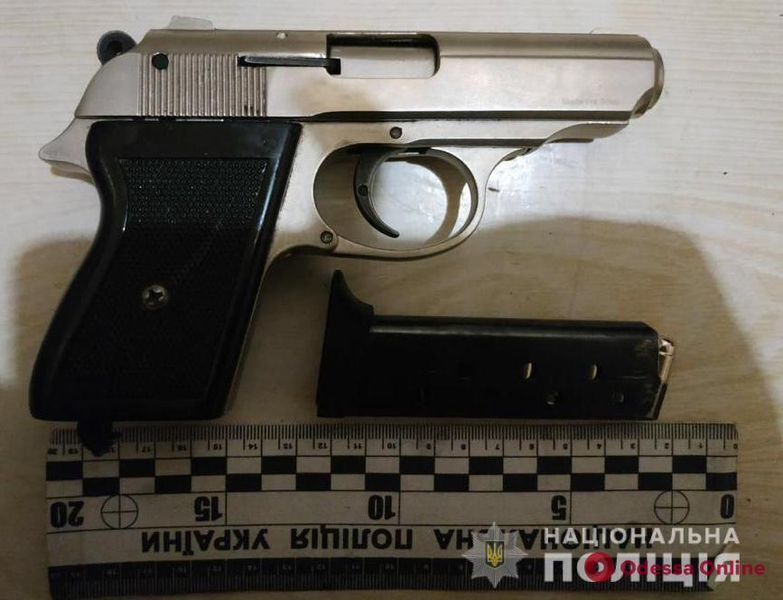 В Измаиле пьяный домашний тиран с ружьем угрожал жене — полицейским пришлось выламывать дверь
