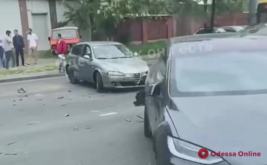 Пьяное ДТП: в Одессе столкнулись Alfa Romeo и Tesla