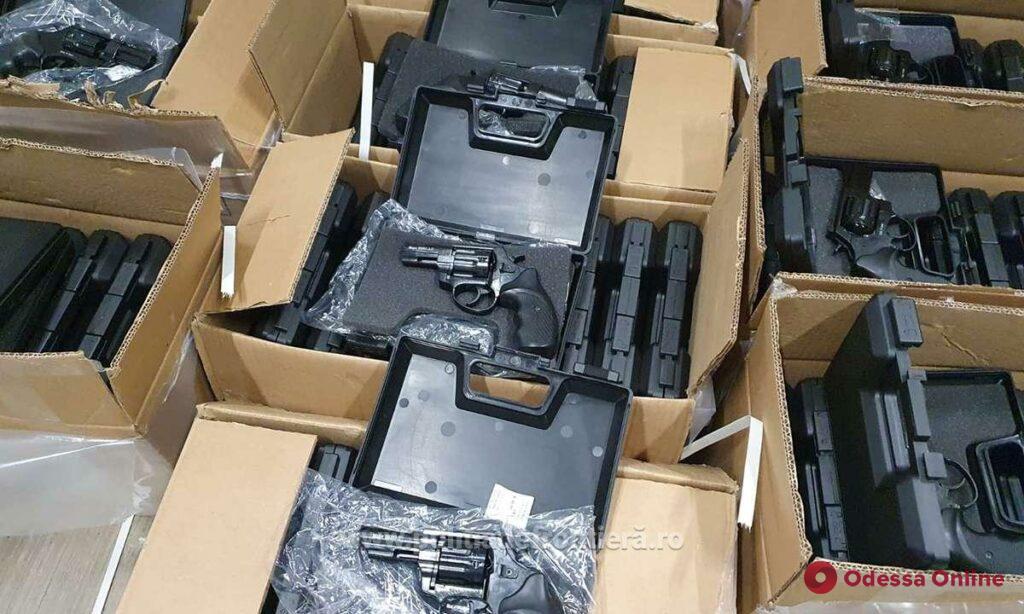 Через паромную переправу Исакча-Орловка украинец пытался ввезти почти три тысячи пистолетов