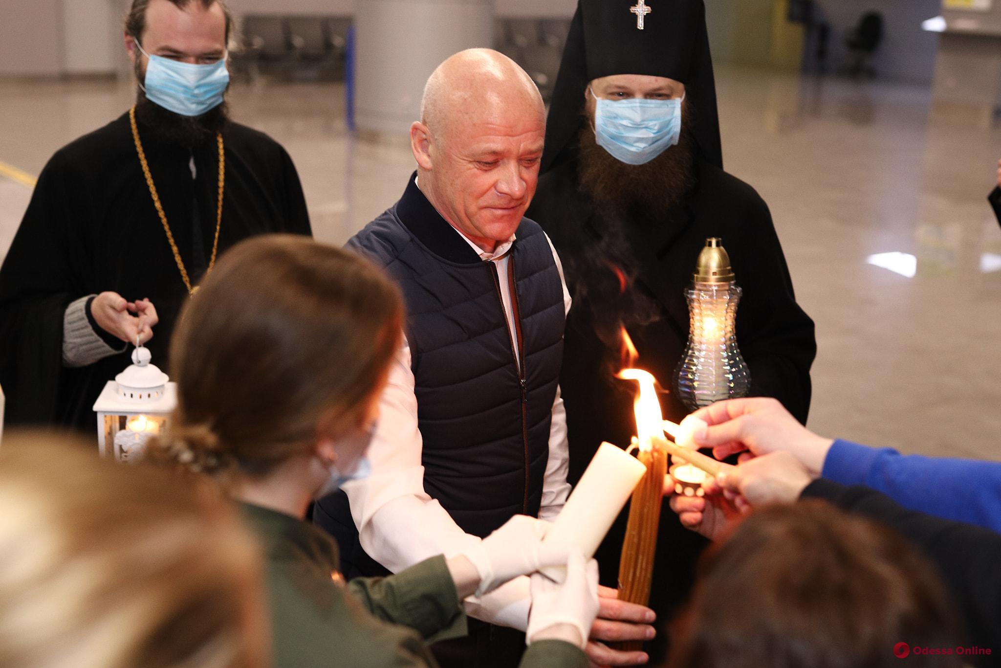 В Одессу доставили Благодатный огонь